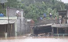 Nước lũ kéo sập cầu Bình Định, quốc lộ 1 bị chia cắt
