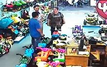 Cặp đôi Tây vào tiệm trộm 10 triệu đồng, còn boa cho nhân viên 50 nghìn
