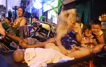 Đêm thứ 2 sau vụ cháy ở Sài Gòn: Trẻ con nằm lăn lóc qua đêm ở lề đường