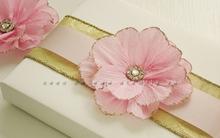 Gói quà đẹp với hoa giấy trang trí nhã nhặn