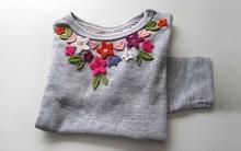 Trang trí cổ áo bằng hoa vải đơn giản mà sinh động