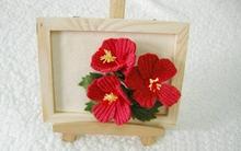 Trang trí khung tranh với nhành hoa đỏ bắt mắt