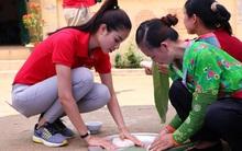 Phạm Hương ân cần giảng dạy, chăm sóc các trẻ em có hoàn cảnh khó khăn