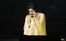 Thu Phương nén khóc, cố hoàn thành tiết mục trên sân khấu