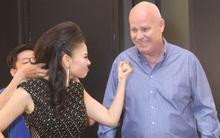 """Thu Minh """"bắt nạt"""" chồng trong hậu trường Vietnam Idol"""