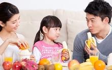 Cứ cho con ăn trái cây kiểu này thì có ngày phải hối hận vì hại con