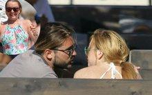 Lindsay Lohan đeo nhẫn mới gần gũi với người đàn ông lạ