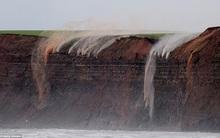 Ngạc nhiên: Nước chảy ngược trên vách đá ở bờ biển Anh