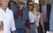 Johnny Depp nắm chặt tay tình mới trước mặt các con