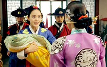 """""""Ok Jung"""" Kim Tae Hee giành lại con, Hoàng hậu bị phế truất"""