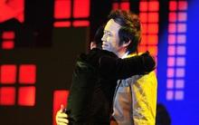 Cha con Hoài Lâm - Hoài Linh xúc động ôm nhau trên sân khấu