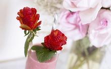 Tỉa dâu tây thành hoa hồng đỏ tươi bắt mắt