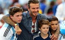 Bố con David Beckham đẹp như tài tử trên sân cỏ