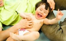 Bố mẹ cù lét, con cười vui đấy nhưng bạn có biết nó chẳng khác nào là tra tấn không?