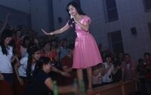Phạm Quỳnh Anh cởi giày leo lên bàn vừa nhảy vừa hát