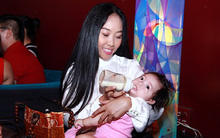 Con gái cưng được Đoan Trang cho bú giữa đông người