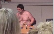 Giáo sư mặc quần lót trên bục giảng để giúp sinh viên hiểu bài