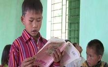 Hình ảnh học sinh cầm sách ngược không quay ở Lào Cai