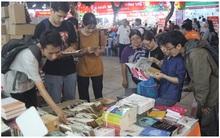 Ở thời đại smartphone, người ta vẫn đang háo hức mua bằng được cuốn sách yêu thích