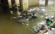 Sau trận mưa lớn lịch sử, dân vẫn khổ sở chờ