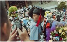 Bức ảnh cảm động: Cái ôm đầy tình cảm trong lễ tốt nghiệp và chiếc điện thoại của cha