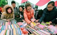 Bất chấp mưa lạnh, hàng nghìn người chen chân ở phiên sách cũ giá 2.000 đồng