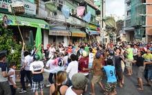 Chủ nhà ném 20 triệu cúng cô hồn, hàng trăm người tranh nhau cướp gây náo loạn đường phố