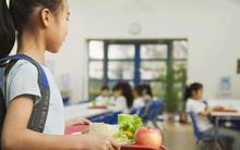 Hãy dạy con không chia sẻ đồ ăn và nước uống với bạn khi đến trường