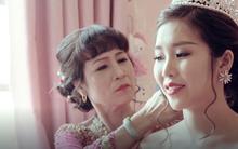 """Sau đám cưới với soái ca Singapore, cô dâu xinh đẹp bật khóc vì clip """"chào mẹ, con lấy chồng xa"""""""