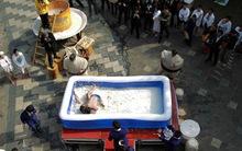 Độc đáo lễ hội đấu vật trong bể đậu phụ 2 tấn dành cho phụ nữ