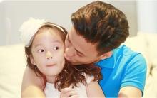 Biểu cảm đáng yêu của con gái Hồng Đăng khi được bố thơm má