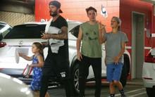 Harper tung tăng đi tập thể dục cùng bố và các anh trai