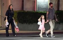 Harper diện đầm hồng xinh như công chúa cùng cả gia đình đi ăn tối