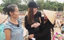 Người dân vùng lũ Quảng Bình hân hoan ôm chầm lấy Hồ Ngọc Hà
