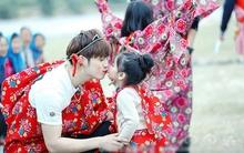"""""""Bố ơi"""" Trung Quốc gây tranh cãi vì cho bố giả và con gái hôn môi, ngủ chung giường"""