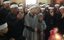 Chồng và các con nghẹn ngào trong lễ tang chị Huyền