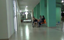 Bị giật túi xách, hai nữ công nhân nhập viện
