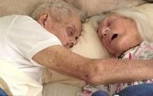 Khoảnh khắc xúc động: Cặp vợ chồng ôm nhau qua đời sau 75 năm chung sống
