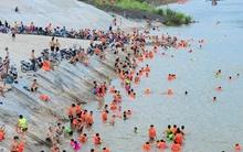 Nắng nóng, dân Thủ đô đổ xô đến sông Đà tắm giải nhiệt