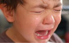 Rất nhiều bố mẹ không thể ngờ việc dỗ dành khi con khóc lại chính là đang hại con!