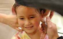 Nguy hiểm từ việc bấm lỗ tai cho con gái mà các mẹ chẳng bao giờ ngờ tới