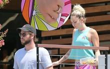 Miley Cyrus bị nghi đã bí mật kết hôn khi đeo nhẫn vàng lấp lánh kim cương