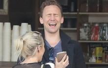 Tom Hiddleston tít mắt với gái lạ sau khi tán tỉnh cựu Hoa hậu thế giới