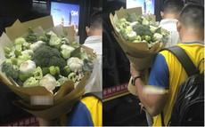 """Chiều lòng cô nàng thích """"độc lạ"""", anh người yêu đã tặng một bó hoa chỉ toàn súp lơ xanh, có cả tỏi điểm danh"""