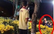 Người cha nghèo dùng điện thoại chụp ảnh cho 2 con trong vườn hoa đón Tết, khoảnh khắc giản dị nhưng khiến ai nhìn cũng xúc động rưng rưng