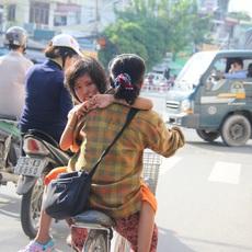 18 năm ròng cõng con gái trên lưng mưu sinh giữa Sài Gòn, người mẹ vẫn nói