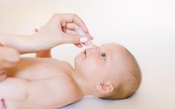 Biến chứng nguy hiểm khi vệ sinh mắt mũi không đúng cách ở trẻ
