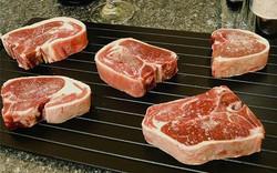 Sợ rã đông bằng lò vi sóng khiến thịt mất chất, sao không thử dùng chiếc thớt tản nhiệt này?
