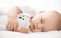 Trẻ ngủ sai tư thế: Mẹ sai lầm, con gánh hậu quả