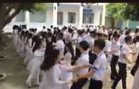 Học sinh Phan Bội Châu nhảy Cha Cha Cha giờ ra chơi